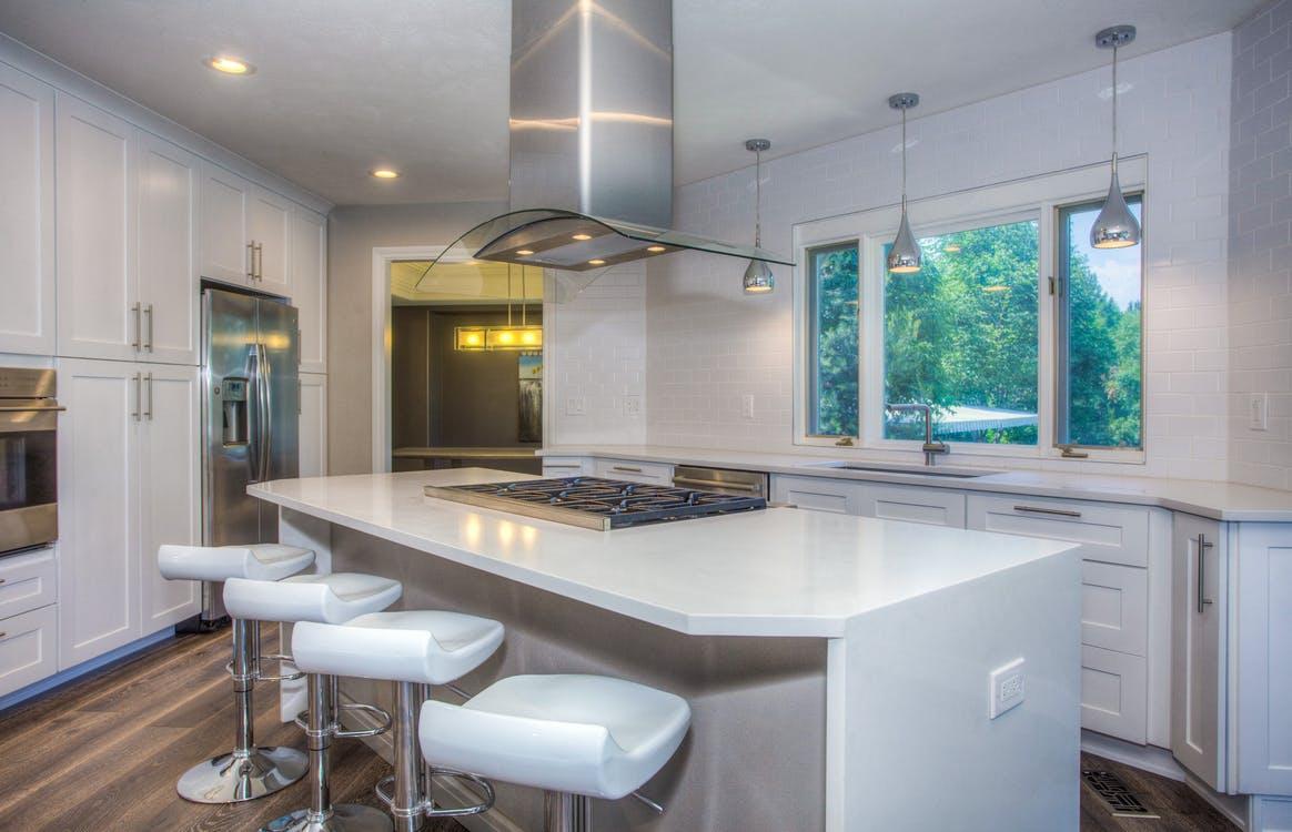 Réussissez l'aménagement de votre cuisine ouverte grâce à ces 4 conseils pratiques